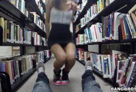 Bibliotecara suge pula unui student in biblioteca