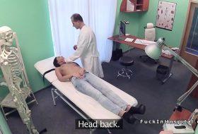 Doctorul isi fute pacienta pe birou FILME PORNO