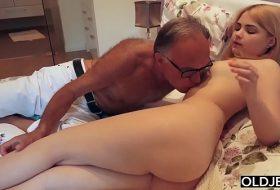 Tatal isi fute fata cand sotie este plecata FILME PORNO
