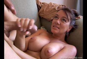 Mama matura ii face oral fiului FILME PORNO