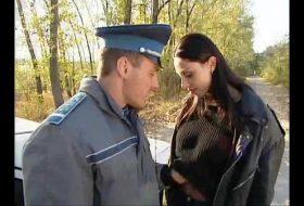 Bruneta este fututa de doi politisti pentru ca a incalcat regulile de circulatie