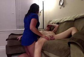 Mama face sex cu fiul gras pe canapea