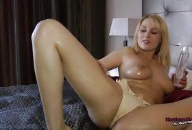 Blonda se masturbeaza in slip