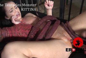 Bruneta este fututa de un monstru