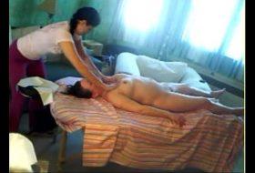 Taranca ii face masaj mamei cu limba