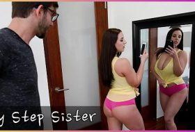 Fratele isi fute sora in fata oglindei