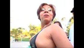 Brazilianca batrana grasa si urata se fute pe gratis