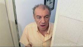 Bunicul intra peste nepoata in baie si o fute brutal