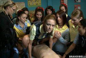 Profesoara isi pune elevele sa se futa cu directorul