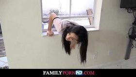 Surioara se blocheaza la geam si fratele o fute de la spate