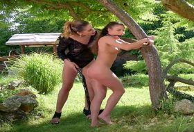 Fetish cu doua lesbiene in aer liber