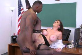 Student cu pula mare isi fute profesoara