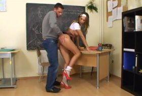 Profesor isi fute eleva in cur