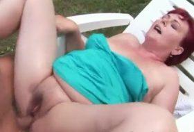 Matura masturbata si fututa in curtea casei