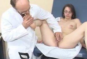 Porno fetish cu un doctor pervers