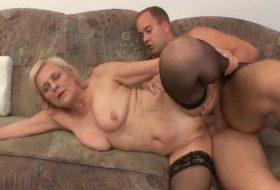 Bunica perversa se fute cu nepotul ei