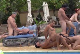Petrece la piscina se transforma in orgie